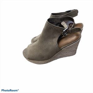 Universal threads taupe wedge open toe sandals 10